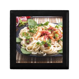 Schwarze Platte der Nahaufnahme mit Spaghettis Geschenkbox