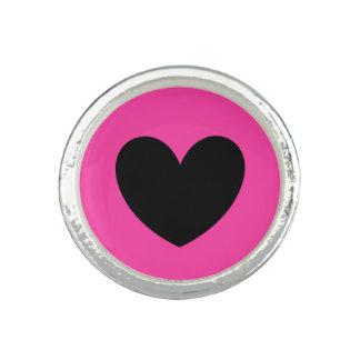 Schwarze Polkaherzen auf pinkfarbenem Rosa Ring
