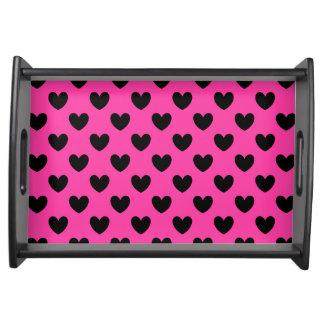 Schwarze Polkaherzen auf pinkfarbenem Rosa Tablett