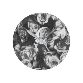 Schwarze Rosen Runde Wanduhr