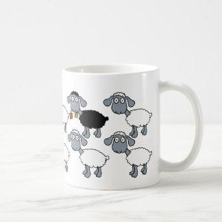 Schwarze Schaf-weiße Menge stehend heraus in der Kaffeetasse