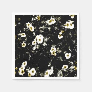 schwarze Servietten der weißen Blumen
