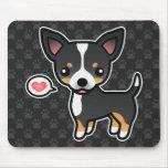 Schwarze Tricolor glatte Mantel-Chihuahua und ein Mauspads