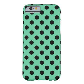 Schwarze Tupfen auf tadellosem Grün Barely There iPhone 6 Hülle