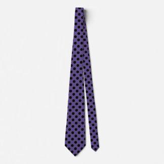 Schwarze Tupfen auf ultraviolettem Krawatte