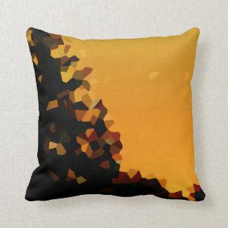 Schwarze und orange Pixel-Form abstrakt Kissen