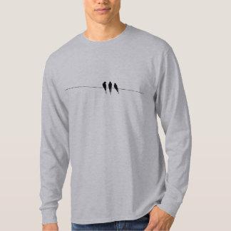 Schwarze Vogel-Silhouette auf Draht T-shirt