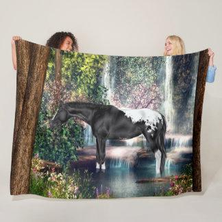 Schwarzer Appaloosa-Pferdewasserfall-Hintergrund Fleecedecke