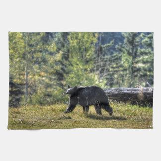Schwarzer Bär, der eine Ranch-Weide kreuzt Handtuch