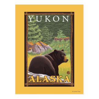 Schwarzer Bär im Wald - Yukon, Alaska Postkarte