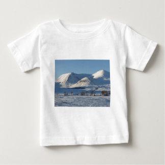 Schwarzer Berg im Winter Baby T-shirt
