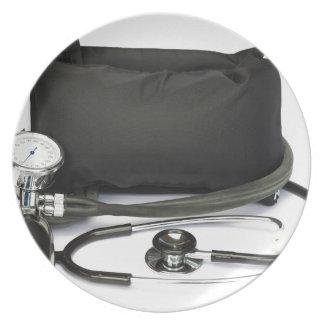 Schwarzer beruflicher Blutdruckmonitor auf Weiß Teller