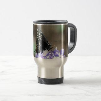 Schwarzer Frack-Schmetterling auf einer lila Blume Reisebecher