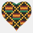 Schwarzer, grüner, roter und gelber Kente Stoff Herz-Aufkleber