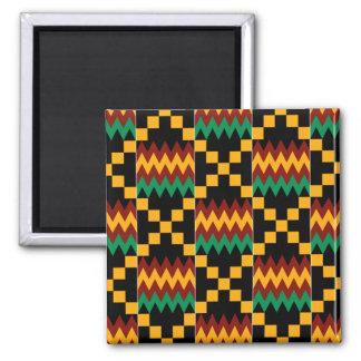 Schwarzer, grüner, roter und gelber Kente Stoff Quadratischer Magnet