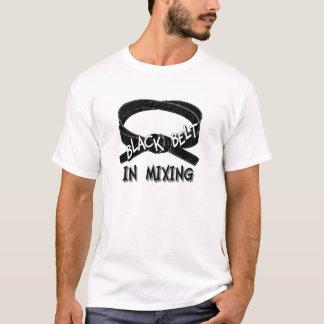 Schwarzer Gürtel beim Mischen T-Shirt