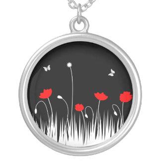 Schwarzer Hintergrund der roten Mohnblumen Versilberte Kette