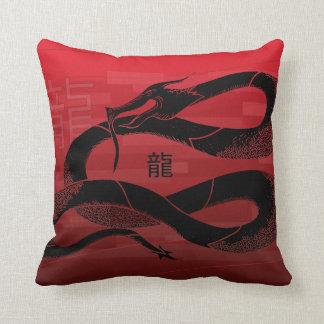 Schwarzer japanischer Drache-Rot-Hintergrund Kissen