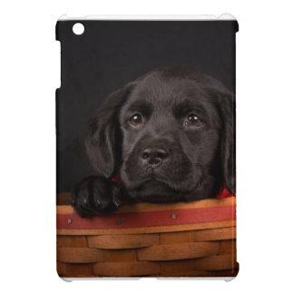 Schwarzer labrador retriever-Welpe in einem Korb iPad Mini Hülle