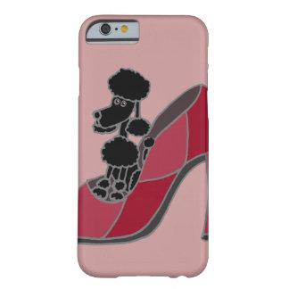 Schwarzer Pudel, der in einem rosa Absatz-Schuh Barely There iPhone 6 Hülle
