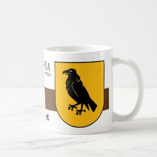 Schwarzer Rabe auf gelbem Schild von Preiļi Kaffeetasse