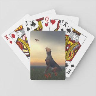 Schwarzer tan Hund, der ein Vogelfliegen schaut Spielkarten