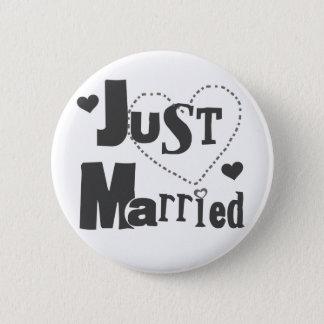 Schwarzer Text mit dem Herzen gerade verheiratet Runder Button 5,1 Cm
