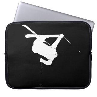 Schwarzer u. weißer Skifahrer Laptopschutzhülle
