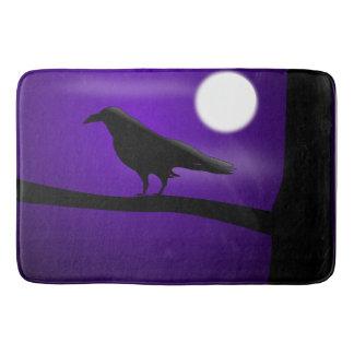 Schwarzer Vogel auf Niederlassungs-lila Badematte