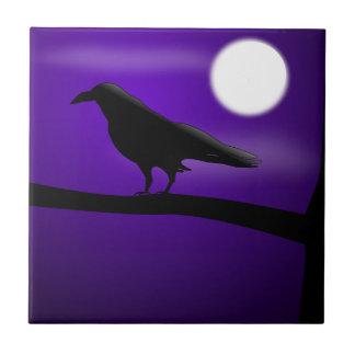 Schwarzer Vogel auf Niederlassungs-lila Keramikfliese