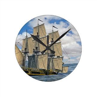 Schwarzes Korvette-Schiffs-Segeln an einem Runde Wanduhr