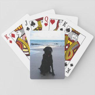 Schwarzes Labrador auf einem Strand Spielkarten