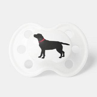 Schwarzes Labrador mit rotem Kragen Schnuller