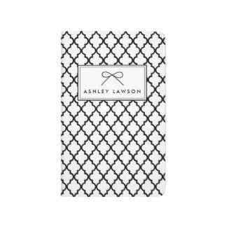 Schwarzes Quatrefoil Muster-personalisierte Taschennotizbuch