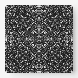Schwarzes Rokoko-Muster blühen Quadratische Wanduhr
