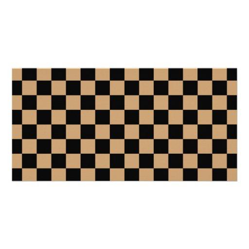 Schwarzes Schachbrett auf braunem Hintergrund Photokartenvorlagen