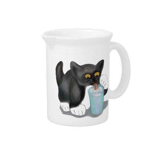 Schwarzes Smokings-Kätzchen schleicht ein Glas Krug