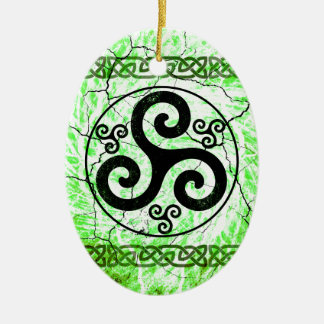Schwarzes Triskellion Ovales Keramik Ornament