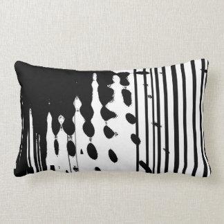 Schwarzes u. weißes abstraktes lumbales Kissen