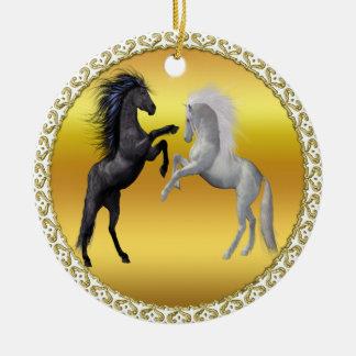 Schwarzes und ein weißes Pferd, die kämpfen Keramik Ornament