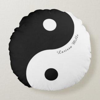 schwarzes/weißes Zen YinYang Symbol mit Namen Rundes Kissen