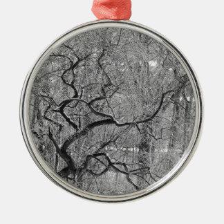 Schwarzweiss-Baum Rundes Silberfarbenes Ornament