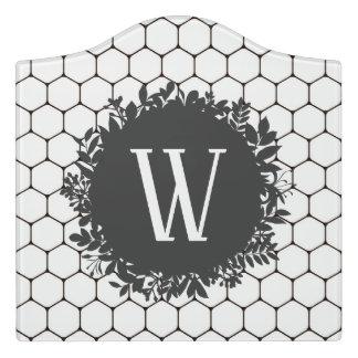 Schwarzweiss-Bienenstock-Muster mit Monogramm Türschild