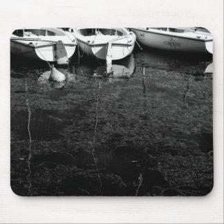 Schwarzweiss-Boote im Wasser Mousepads