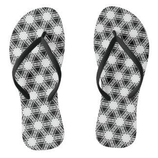 Schwarzweiss-Diamant-Kaleidoskop-Muster Flip Flops