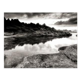 Schwarzweiss-Fluss durch Felsen Postkarte