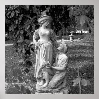 Schwarzweiss-Foto-Mann-Frauen-Liebe-Statue Poster