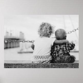 Schwarzweiss-Fotografie eines Jungen und des Poster