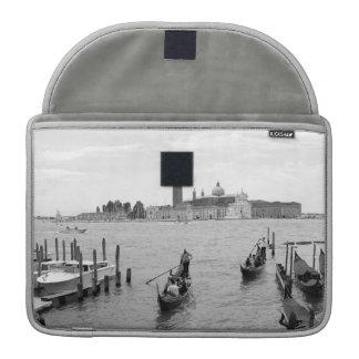 Schwarzweiss-Gondoliere in Venedig Sleeve Für MacBooks