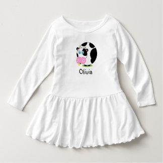 Schwarzweiss-Kuh des niedlichen Cartoon, die eine Kleid